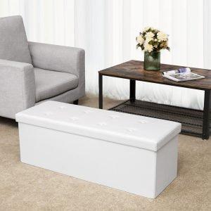 Weiße Sitzbänke